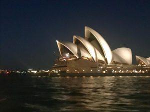 מבט קרוב על בית האופרה מהFast Fairy שיוצאת ממנלי לסידני. צילום: דנה אלמוזלינוס