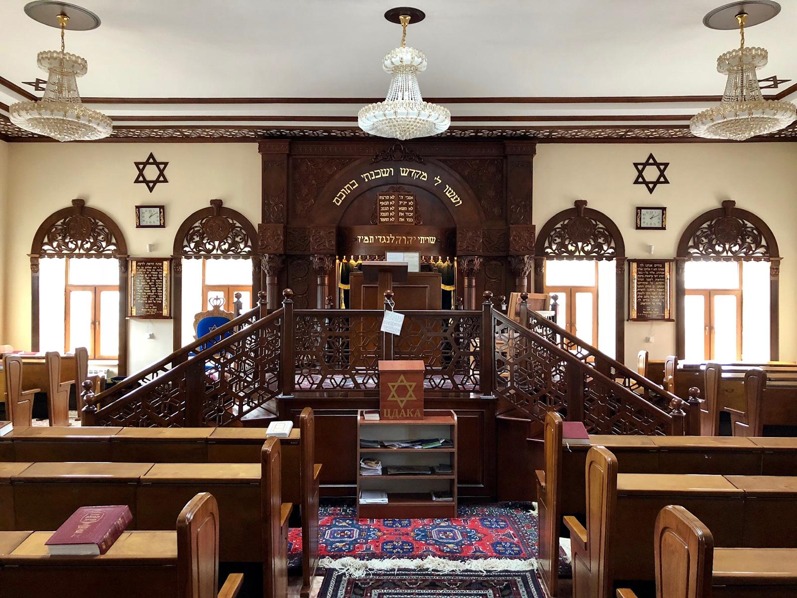 בתוך בית הכנסת. צילום: תום לב