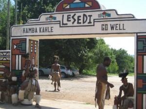 שער הכניסה והיציאה מה- lesedi cultural park