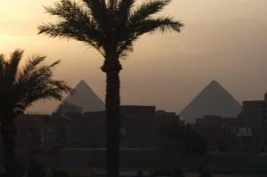 מבט על הפירמידות מהעיר.